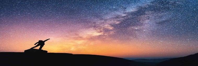 uomo guarda stelle
