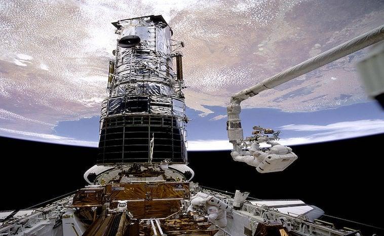 Roboterarm und Hubble