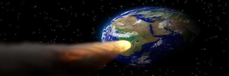 Feuerball fliegt auf die Erde zu