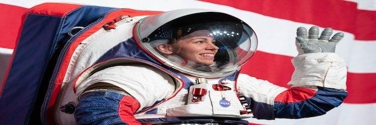 NASA-Weltraumanzg - Dame vor rot-weißem Hintergrund