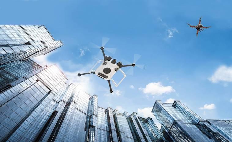 Städtischer Luftverkehr - Flugdrohnen vor Gebäuden