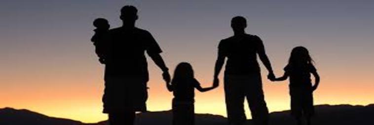 Famiglia unita al tramonto
