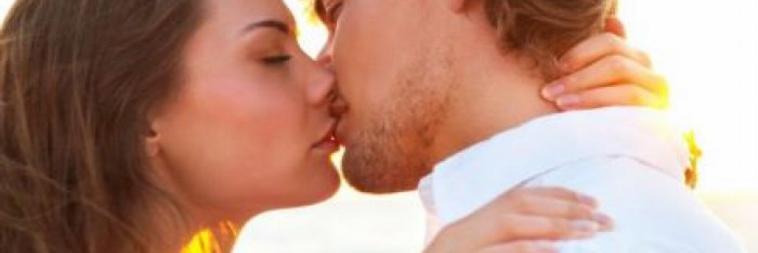 Due persone che si baciano