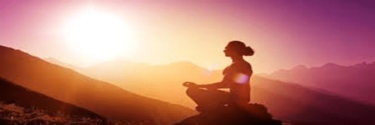 mujer meditando en un ambiente tranquilo y soleado